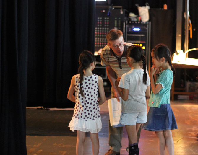 Some kids can get confused and lost in a huge stage production. Thanks to the primary school department teacher, Mr. Troy Westcott at back stage, such kids were pulled back on line.