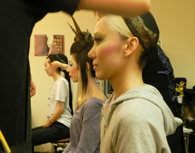 2 hours before the performance, in the makeup room with the dancers / © Aichi Arts Foundation - Photo by Kousaku Nakagawa